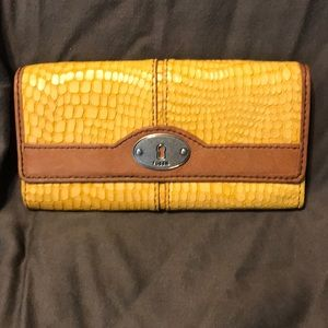 Fossil Wallet in yellow (mustard).
